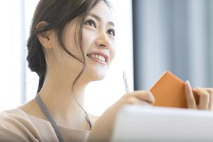 手帳を持つビジネス女性の写真素材 [FYI02973397]
