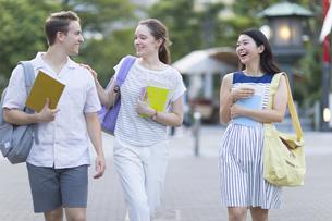 男女の外国人学生と日本人学生の女性の写真素材 [FYI02973403]