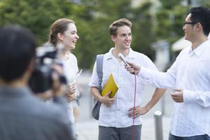 インタビューを受ける外国人学生の写真素材 [FYI02973406]