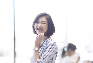 カメラ目線で笑顔のビジネス女性の写真素材 [FYI02973407]