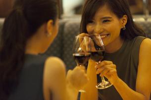 レストランで乾杯する女性の写真素材 [FYI02973409]