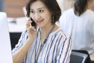 電話をするビジネス女性の写真素材 [FYI02973412]