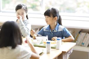 学校の給食を食べながら笑う女の子たちの写真素材 [FYI02973413]