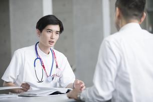 患者に問診をする男性医師の写真素材 [FYI02973414]