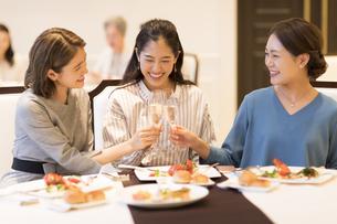 シャンパンで乾杯をする3人の女性の写真素材 [FYI02973417]