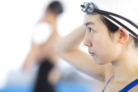 水泳をする女子学生の写真素材 [FYI02973419]