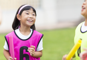 ゼッケンを着て笑う女の子の写真素材 [FYI02973424]