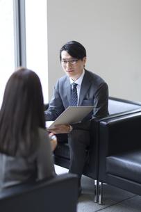 打ち合わせをするビジネス男性の写真素材 [FYI02973427]
