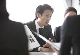 会議中のビジネス男性の写真素材 [FYI02973438]