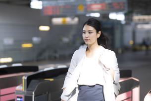 駅の改札を通過するビジネス女性の写真素材 [FYI02973439]