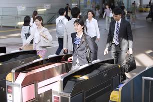 駅の改札を通過する女子高校生の写真素材 [FYI02973440]