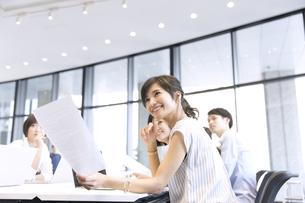 会議中のビジネスマンの写真素材 [FYI02973447]