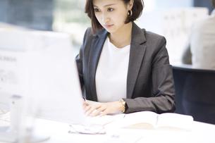 パソコンを操作するビジネス女性の写真素材 [FYI02973450]
