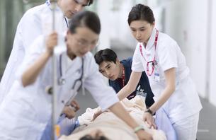 救急患者を運ぶ医師と看護師の写真素材 [FYI02973452]
