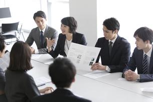 会議中のビジネスマンの写真素材 [FYI02973453]