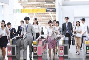 駅の改札を通過する人々の写真素材 [FYI02973455]