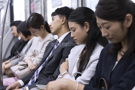 電車で眠るビジネス女性の写真素材 [FYI02973458]