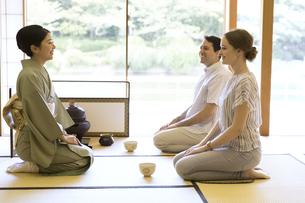 茶道を体験する男女の外国人観光客の写真素材 [FYI02973459]