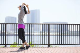 スポーツウエアを着てストレッチをする女性の写真素材 [FYI02973461]
