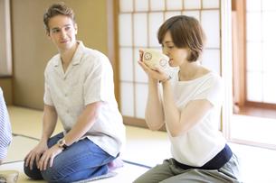 茶道を体験する男女の外国人観光客の写真素材 [FYI02973466]