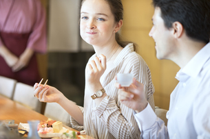 寿司を食べる外国人女性の写真素材 [FYI02973469]