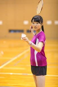 バドミントンをする女子学生の写真素材 [FYI02973472]