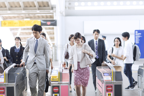 駅の改札を通過する人々の写真素材 [FYI02973486]