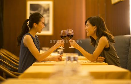 レストランで乾杯する女性2人の写真素材 [FYI02973487]