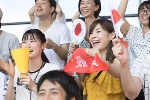 日本戦を観戦する人々の写真素材 [FYI02973491]