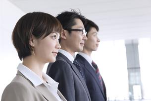 横並びで立つ3人のビジネス男女の写真素材 [FYI02973492]