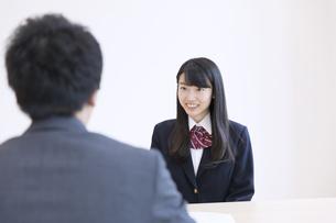 面談を受ける女子高校生の写真素材 [FYI02973494]
