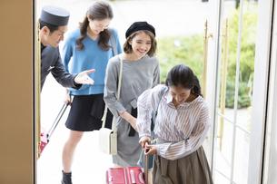 ホテルに入る3人の女性旅行者の写真素材 [FYI02973496]