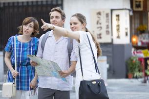 地図で行き先を確認する男女の外国人観光客の写真素材 [FYI02973498]