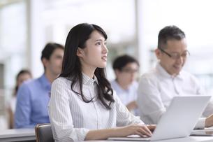 会議中のビジネス女性の写真素材 [FYI02973499]