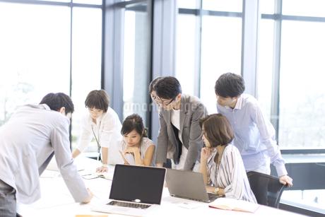 会議中のビジネスマンの写真素材 [FYI02973504]