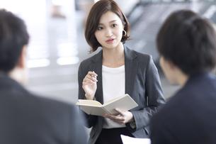 打ち合わせをするビジネス女性の写真素材 [FYI02973507]