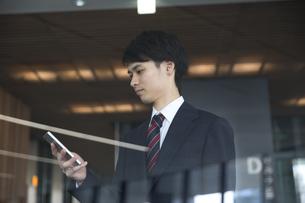 スマートフォンを操作するビジネス男性の写真素材 [FYI02973510]