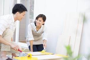 ベニヤ板にペンキを塗る男性と女性の写真素材 [FYI02973516]