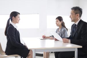 打ち合わせをするビジネス女性の写真素材 [FYI02973519]