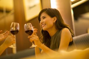 レストランで乾杯する女性の写真素材 [FYI02973520]