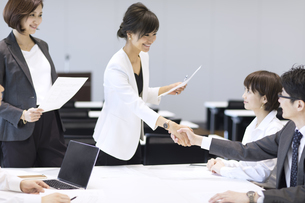 会議で握手をするビジネス男女の写真素材 [FYI02973525]