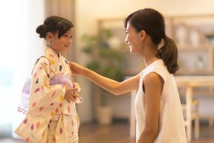浴衣を着た子供と母親の写真素材 [FYI02973530]