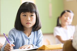 教室で授業を受ける小学生の女の子の写真素材 [FYI02973533]