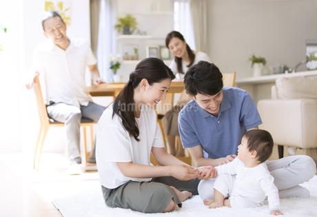 赤ちゃんをあやす両親と祖父母の写真素材 [FYI02973534]