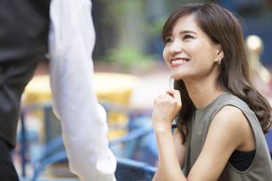 オープンカフェで店員と話す女性の写真素材 [FYI02973535]