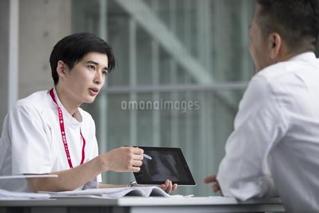 患者に問診をする男性医師の写真素材 [FYI02973536]