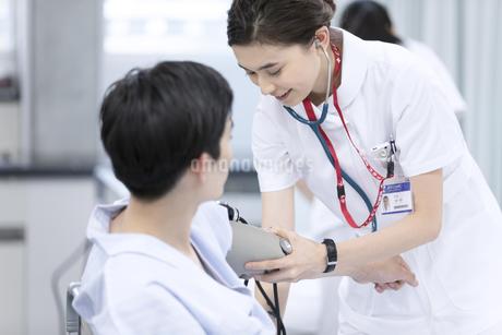 血圧を測る女性看護師の写真素材 [FYI02973540]