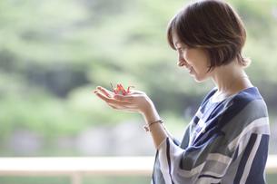 折り鶴を持つ外国人観光客の写真素材 [FYI02973543]