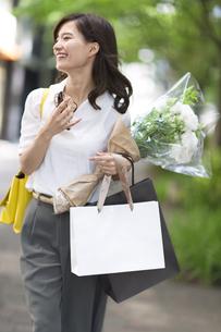 ショッピングを楽しむ女性の写真素材 [FYI02973545]