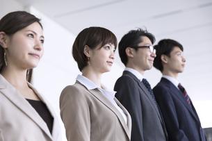 横並びで立つ4人のビジネス男女の写真素材 [FYI02973550]